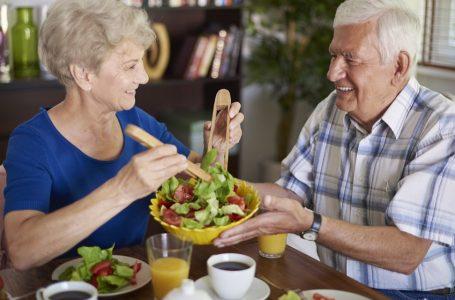 Alimentación debe adecuarse a condición de adultos mayores