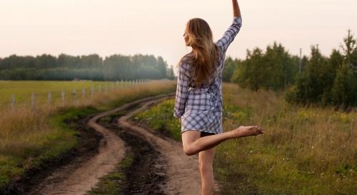 Bailar y pasear puede protegernos frente al alzhéimer