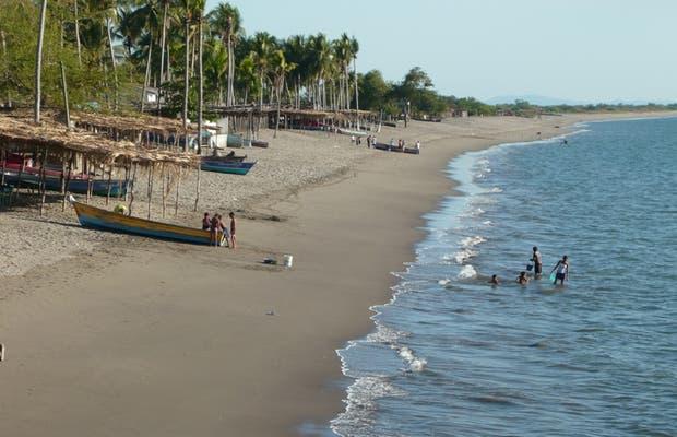 Las playas del sur de Honduras conocidas por su arena volcánica y negra por sus minerales