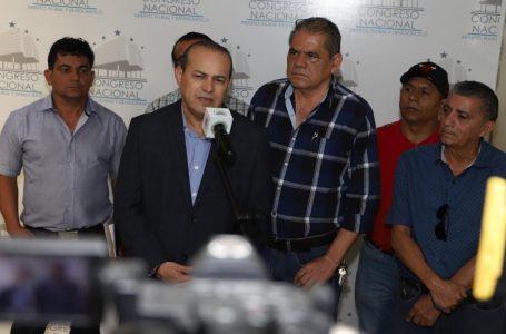 """Taxistas a la normalidad tras """"resolver el problema de los VIP"""" en reunión con diputados"""