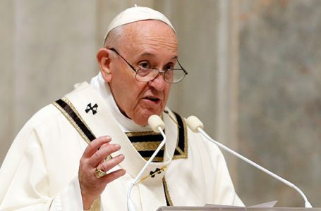 El papa Francisco defiende una sanidad «para todos» en su reaparición desde el hospital