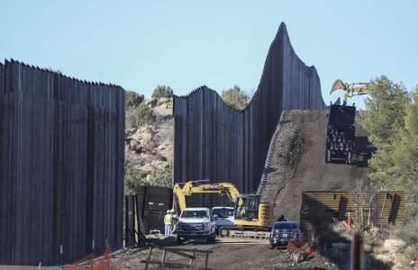 Biden enfrentará difíciles decisiones sobre el muro fronterizo entre Texas y México
