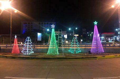 La capital es adornada con millones de luces multicolores para la Navidad