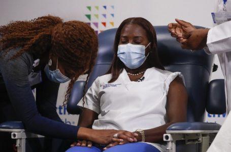 Primera persona vacunada contra covid-19 en EU recibe segunda dosis de Pfizer