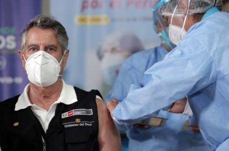 """Escándalo en Perú por irregular vacunación """"secreta y de cortesía"""" a altos funcionarios"""