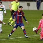 Barcelona gana al Elche y acorta distancia con doblete de Messi