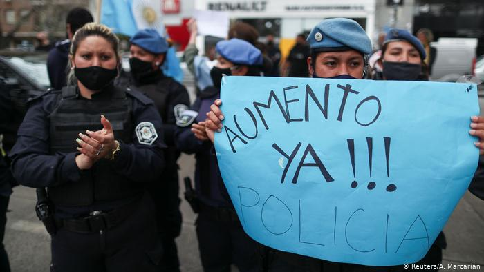 Argentina suspende a 400 policías que protestaron por salarios