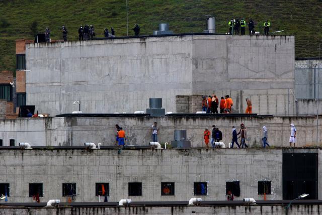 Tres motines simultáneos dejan al menos 62 muertos en cárceles de Ecuador