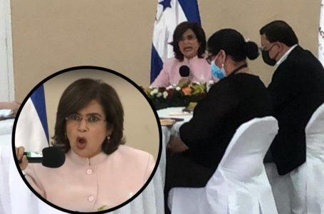 Rixi Moncada suspende sesión del CNE y suplica a Ana Paola Hall se reintegre