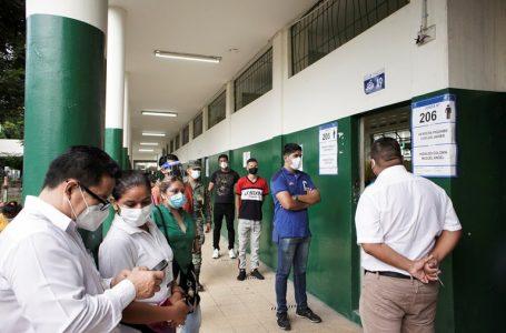 Largas filas para votar en Ecuador debido a medidas de seguridad por la pandemia