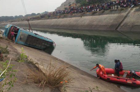 Unas 40 personas murieron en India tras caer un autobús por un puente