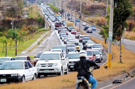 Alrededor de 100 mil vehículos adeudan pago de matricula solo en la capital