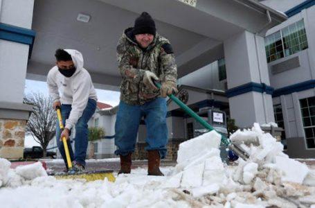 Tras la tormenta invernal vuelve la electricidad a Texas, pero falta agua potable