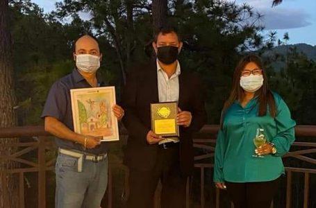Pintor hondureño, Johnny Mcdonald, es homenajeado por su trayectoria artística