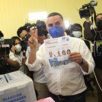 """David Chávez ejerce el sufragio con el acompañamiento de """"Tito"""" Asfura"""
