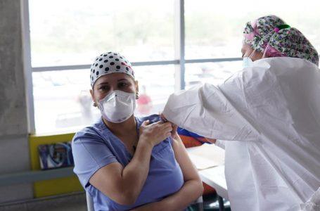 Microbiólogos también proponen una tercera dosis de vacuna para personal sanitario