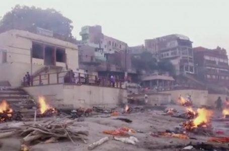 Crematorios en la India están desbordados por Covid y queman cuerpos en la calle