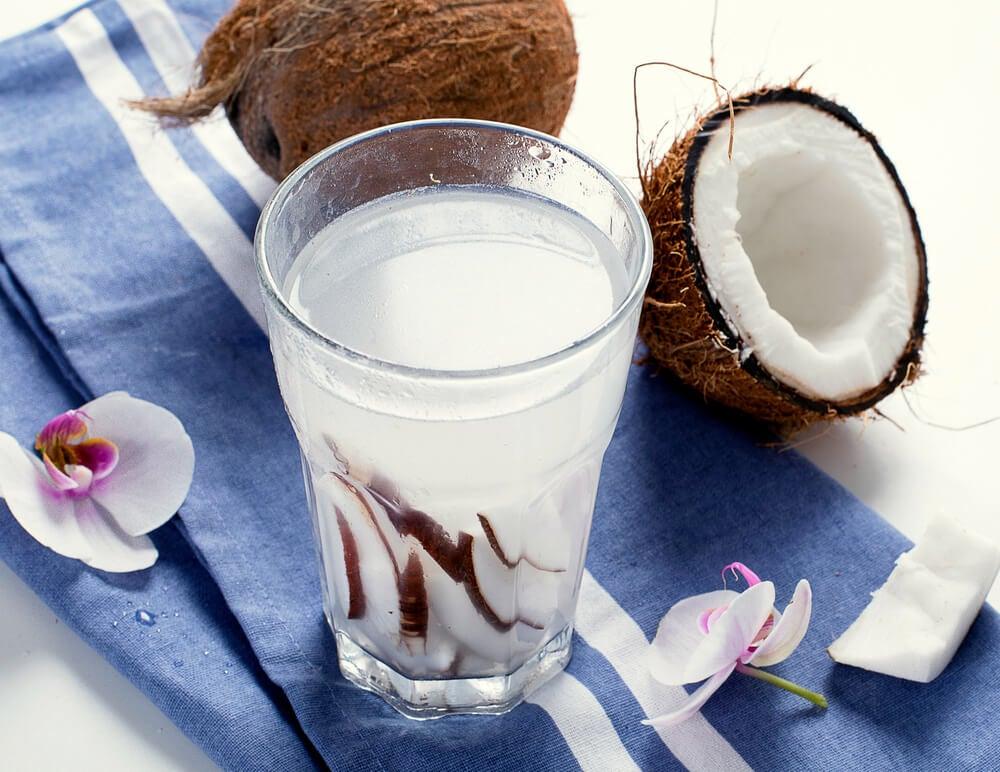 8 grandes beneficios del agua de coco