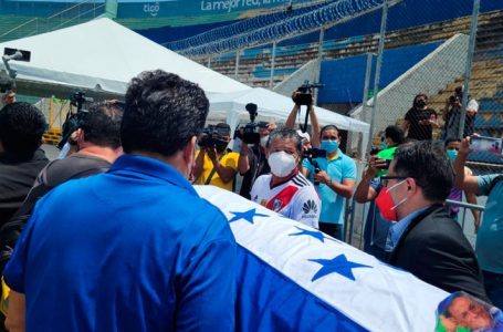 «Chelato Uclés» es despedido desde el estadio Nacional de Tegucigalpa