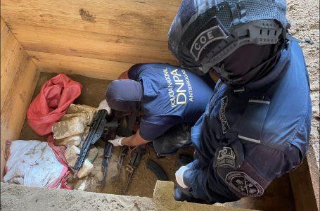 Decomisan 23 fardos cocaína, dinero y varias armas de fuego en Colón