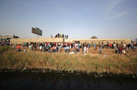 Más de 30 muertos y unos 100 heridos tras descarrilarse un tren en Egipto