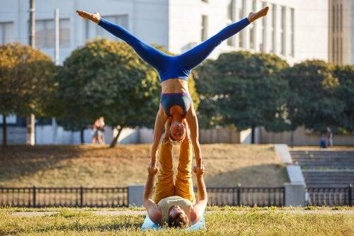 Pareja haciendo acro yoga
