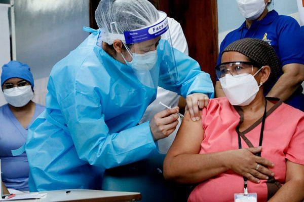 Médicos lamentan que sólo se ha inmunizado 2% de la población contra COVID