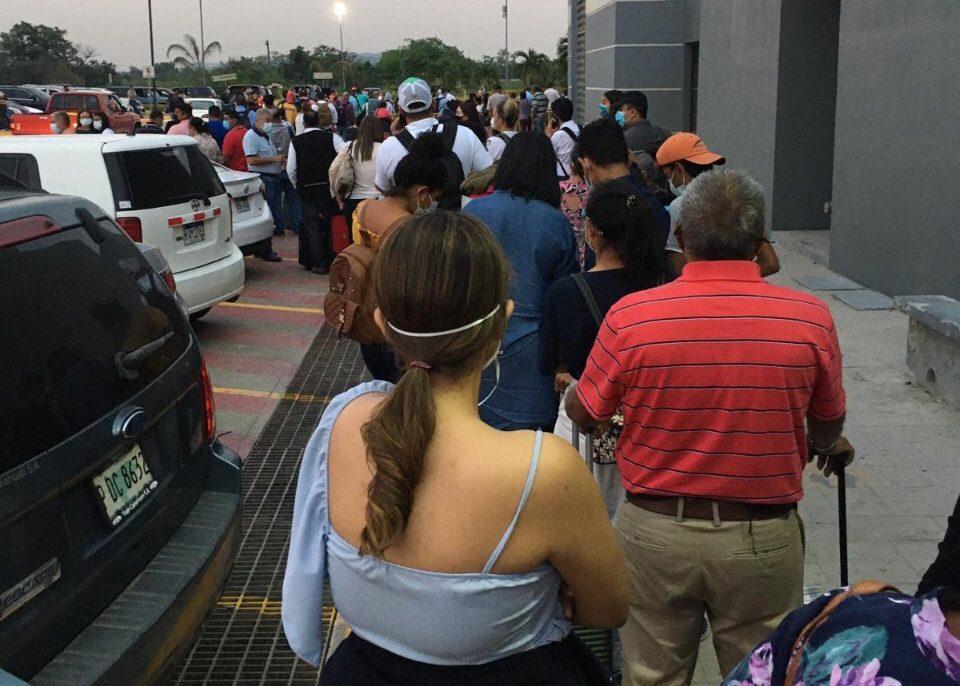 Abarrotado aeropuerto de SPS por viajeros que buscarían vacunarse en EE.UU.