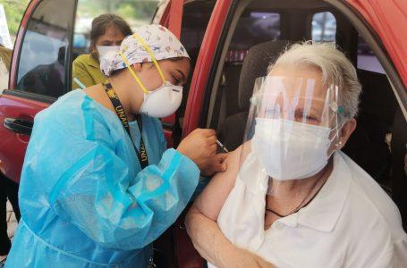 """Médicos piden a la población vacunarse contra la Covid-19, """"los beneficios superan los riesgos"""""""