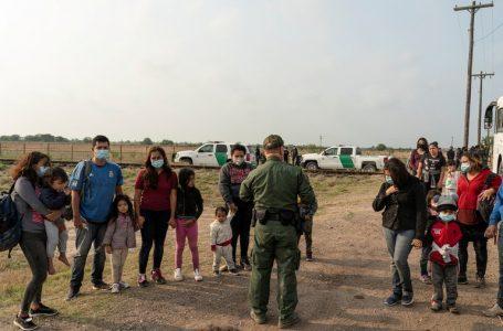 El gobierno de Estados Unidos comienza a reunir a las familias migrantes separadas
