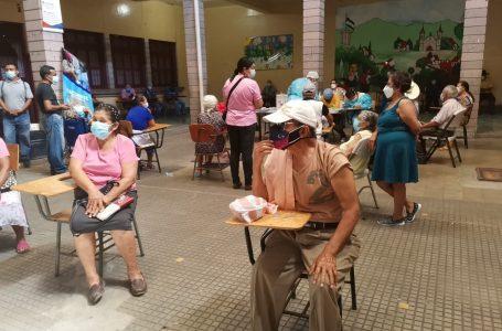 Mayores de 70 años acuden en grandes cantidades a centros de vacunación en la capital