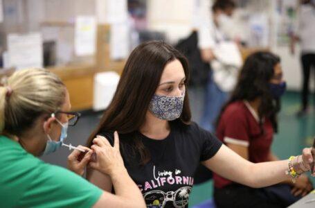 Bruselas dejará de exigir el uso de mascarillas, en excepción en aglomeraciones