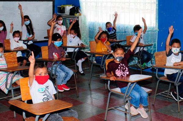 Vacunación de maestros no implica un regreso inmediato a clases presenciales