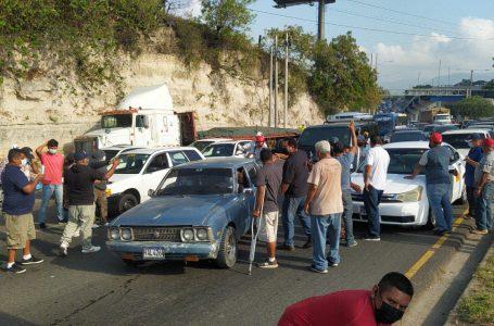 Taxistas cumplen amenaza y paralizan unidades en varias partes del país