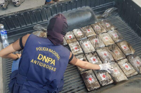 Dentro de caleta en vehículo encuentran varios paquetes de supuesta cocaína