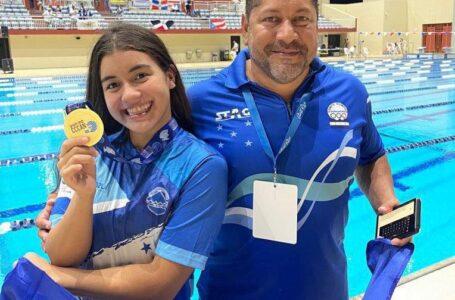 Nadadora Michell Ramírez rompió récord nacional y ganó medalla de oro para Honduras