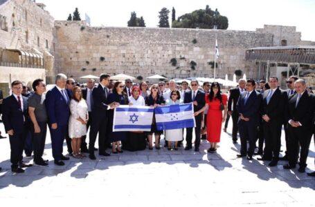 Piden que la delegación gubernamental que viajó a Israel guarde cuarentena