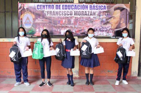 Banco Central de Honduras entrega kits escolares a centros de educación básica