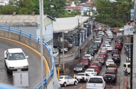 Caos vehicular tras lluvias registradas en la capital