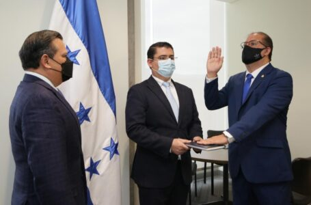 Juramentado Leonardo Deras como nuevo comisionado de la CREE