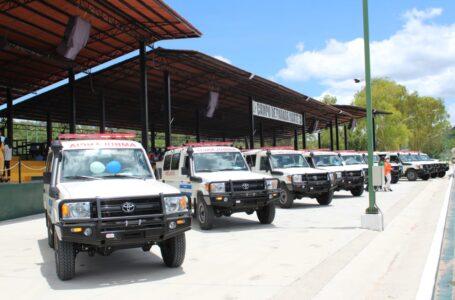 Fortalecen sistema sanitario con la entrega de 24 ambulancias a centros asistenciales