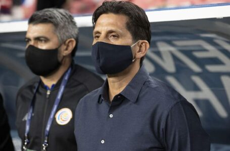 Costa Rica despide al técnico Ronald González tras once partidos sin ganar