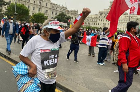 Miles de peruanos marchan contra candidatura presidencial de Keiko Fujimori