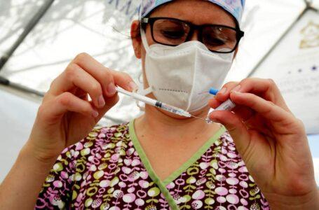 Microbiólogos recomiendan incorporar a estudiantes para aplicar vacunas