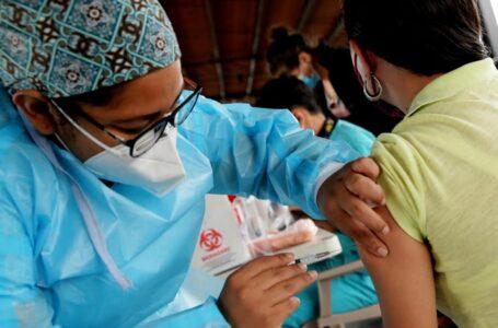 """Médicos sugieren a población asistir a vacunarse porque """"los protegerá de la muerte"""""""