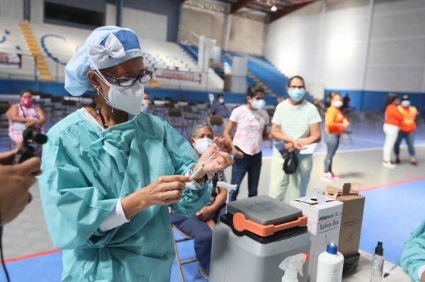 Hondureños siguen renuentes a inmunizarse y se plantea exigir el carnet de vacunación