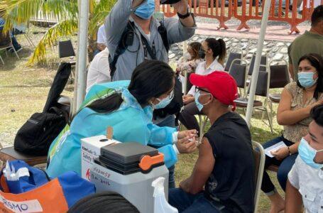 Trabajadores turísticos en La Ceiba reciben primera dosis de vacuna contra el Covid-19