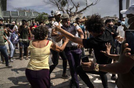 Cubanos denuncian miseria durante las mayores protestas en décadas
