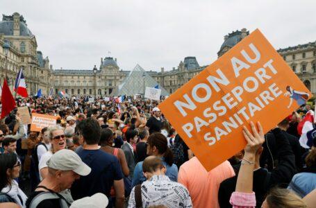 Miles de personas protestaron en Francia contra las medidas del gobierno para contener la pandemia