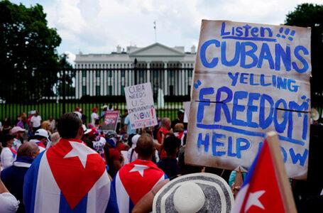 Cientos de cubanos protestan al grito de «patria y vida» frente a la Casa Blanca